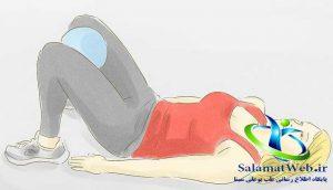 قرار دادن توپ بین دو پا جهت لاغر کردن پا